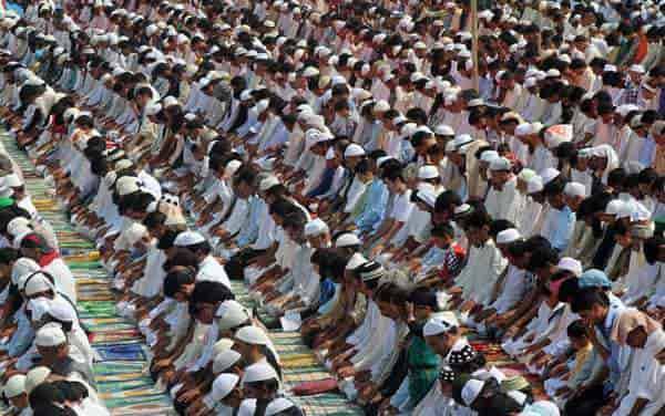 Kashmiri men offering prayers.