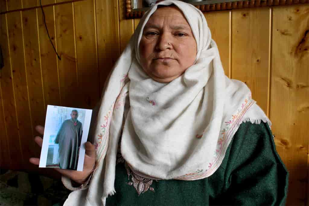 Fatima-bagam-holding-the-photo-of-her-husband-who-died-on-14-July-2018-because-of-an-electric-shock-