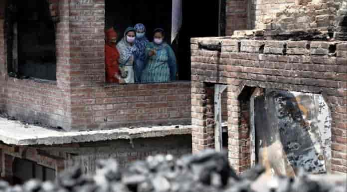 Women at the debris of houses in Nawa Kadal